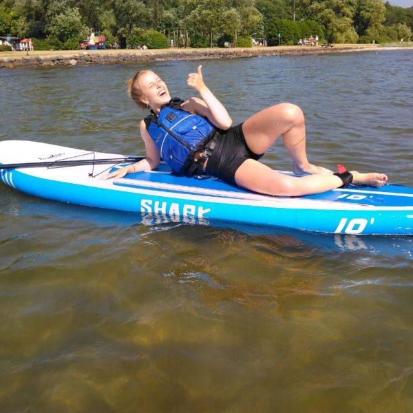 Kvinde på Shark SUP stand-up-paddleboard