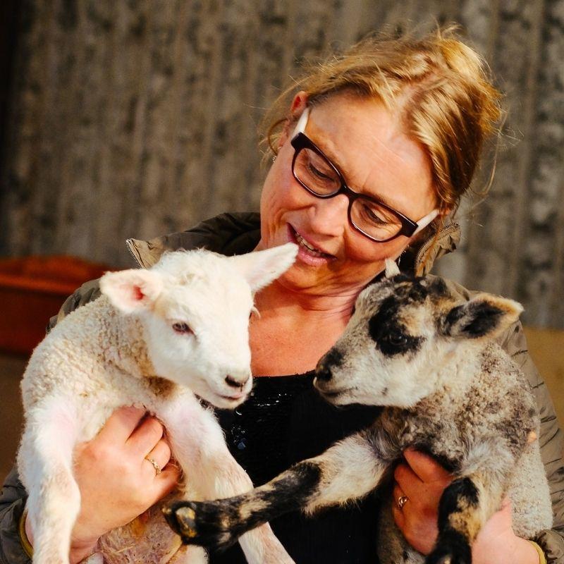 Lise fra Høkildegård med to lam