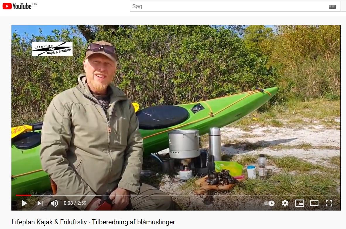 Frederik Laursen underviser i tilberedning af blåmuslinger