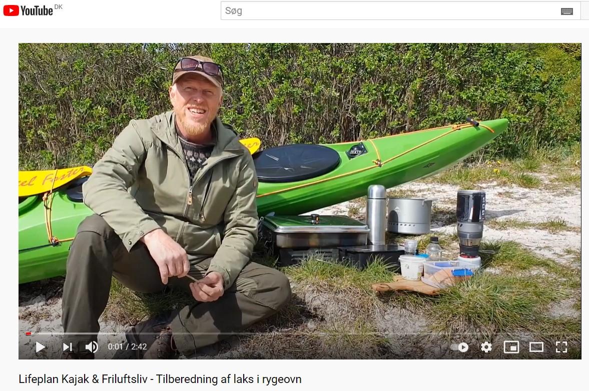 Frederik Laursen underviser i tilberedning af laks i røgeovn